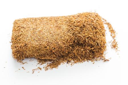 白い背景の上のパイプに押されたタバコのマクロ写真 写真素材