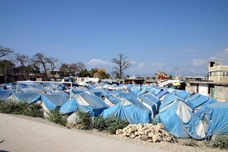 port au prince: Port au Prince, Hait�, 12 de marzo de 2011 - m�s de un a�o despu�s del terremoto todav�a hay muchas tiendas de campa�a para contar rodeados por la pobreza y la gran devastaci�n. Condiciones de vida muy pobre.  Editorial