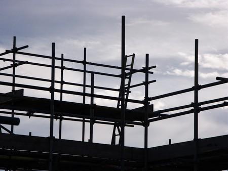 steigers tegen een blauwe lucht klaar om te bouwen