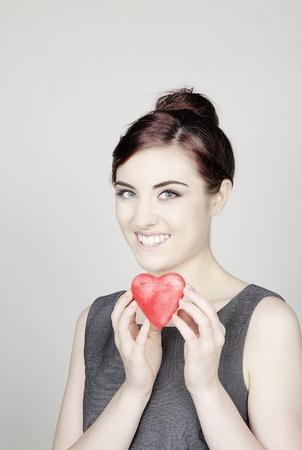 mujer con un corazón de amor tp símbolo en forma de darle a usted Foto de archivo - 11679027