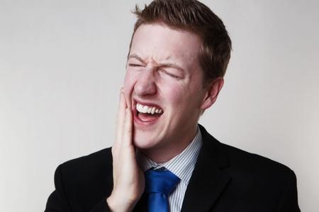 치통 비즈니스 남자가 고통에 HES처럼 보이는 치과에 갈 필요가