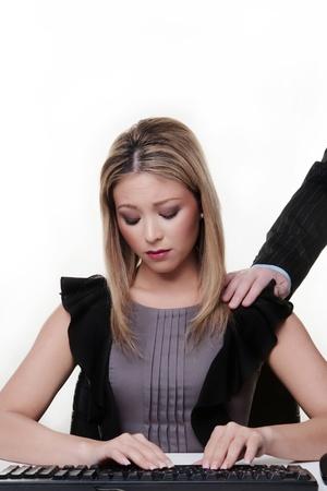 망 손으로 그녀의 책상에서 여성이 그녀의 어깨에 그녀가 행복을 찾고하지 않는 것은이 성희롱입니다
