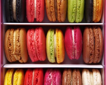 マカロン: マカロンやフランスのマカロン、カラフルなメレンゲ ベース アーモンドのお菓子の箱の上から撮影撮影します。