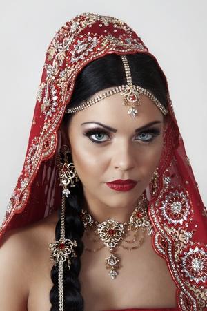 인도 여성이 빨간색 옷을 입고