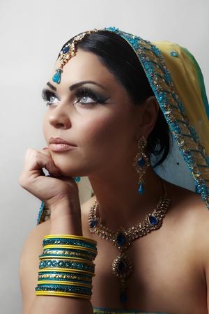 인도 여성은 노란색과 파란색 드레스 드레스