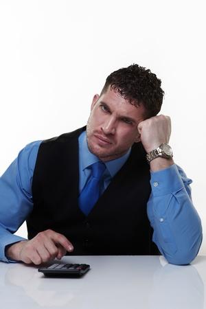 sumas: hombre de negocios que trabaja en su escritorio la suma de las cantidades que hacen