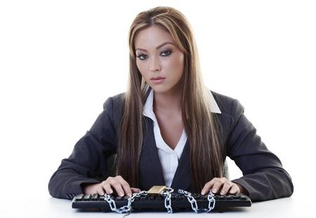 or lock up: mujer en su escritorio con su teclado encerrar en las cadenas