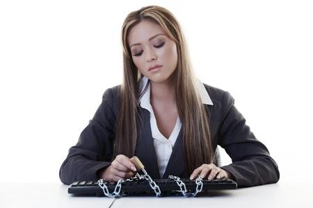 or lock up: mujer en su escritorio con su teclado de encerrarse en las cadenas