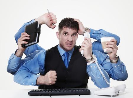 homme d'affaires individu tente d'effectuer et de gérer plus d'une tâche dans le même temps, ne fait pas très à partir des regards des choses