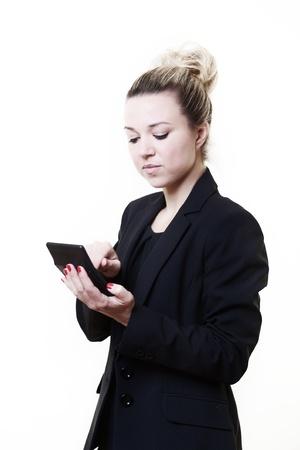 sumas: imagen de la empresa stlye de mujer de pie trabajando nuestros sumas en una calculadora Foto de archivo