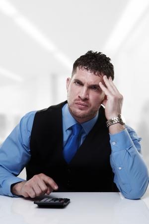 sumas: hombre de negocios trabajando en su escritorio la suma de las cantidades que hacen