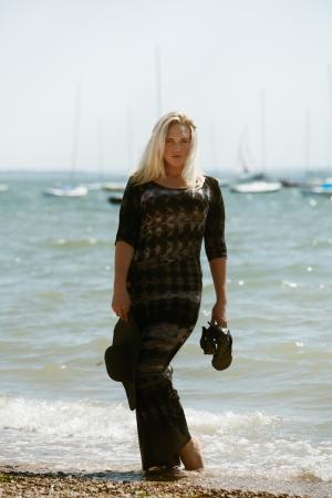 sexy woman standing: sexy mujer de pie en el borde del agua posando para la c�mara en un d�a caluroso y soleado