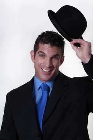 표시로 자신의 모자 팁을 비즈니스 남자