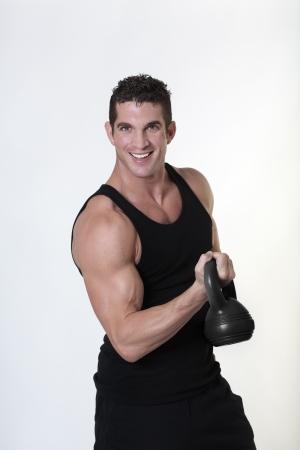 mannelijk bodybuilding doen van een werk uit tillen kettlebell Stockfoto