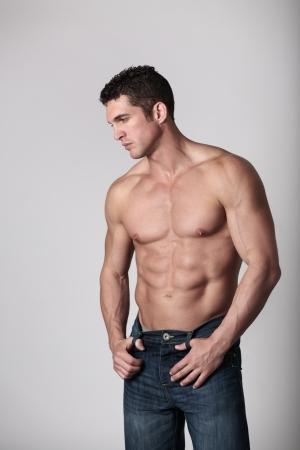 uomo nudo: bello uomo con la sua cima di mostrare il suo corpo grande