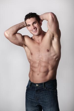 goed uitziende man met zijn top van pronken zijn grote lichaam
