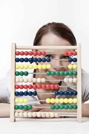 sumas: mujer joven y atractiva con un �baco de madera para contar y sumar sus sumas