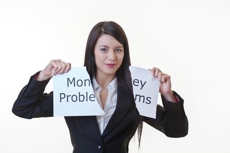 여자에 쓰여진 단어 돈 문제로 종이를 들고 반으로 종이의 시트를 찢어 스톡 사진
