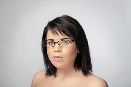 eye wear: mujer sexy disparo en el estudio usando anteojos rotos Foto de archivo