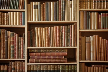 도서관에있는 많은 오래된 책을 책장 스톡 사진