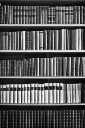 boekenkast met veel oude boeken in een bibliotheek