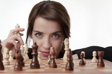 jugando ajedrez: Mujer triguena hermosa que juega a ajedrez
