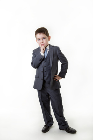 persona pensando: Chico joven de pie vestido como una persona que piensa de negocios Foto de archivo