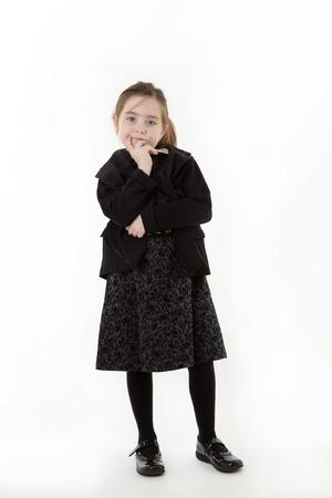 persona pensando: Situaci�n de la muchacha joven vestido como un pensamiento persona de negocios Foto de archivo