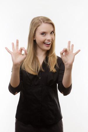 Mujer que da la muestra aceptable con la mano
