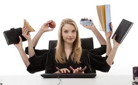 drukke zakelijke vrouw multitasking in het kantoor met acht armen
