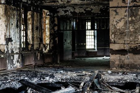 Binnen mening van een verlaten run down gebouw na een brand