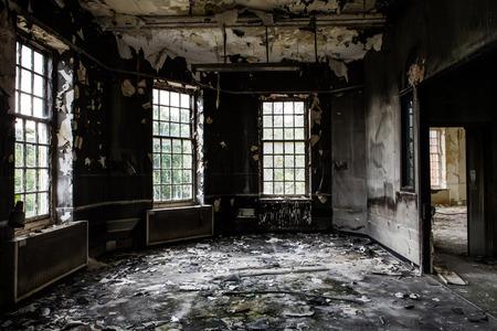 Binnen mening van een verlaten vervallen gebouw na een brand