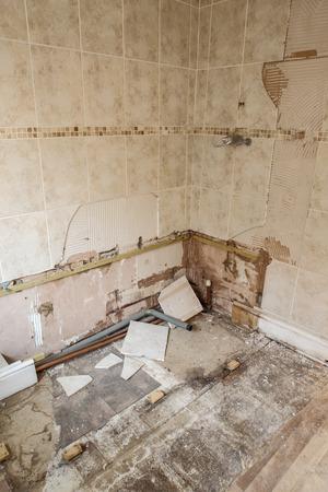 修理が必要な改装工事中の建物