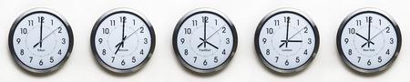 klok op de muur van de tijdzones voor de handel over de hele vastgesteld op 03:00 Londen GMT tijd wereld Stockfoto
