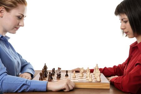 pensamiento estrategico: dos mujeres de negocios de juego de ajedrez juntos tratando de pensar a cabo entre s� Foto de archivo