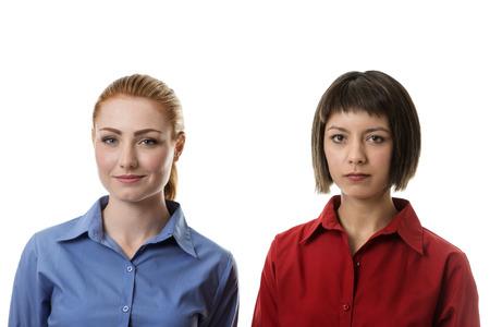 desprecio: dos mujer de negocios con diferentes expresiones de la cara de lijado de lado a lado con desprecio en la cara del ther