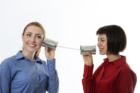 comunicarse: dos hombres de negocios utilizando latas para comunicarse entre sí