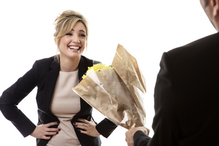 novio: business woman getting flowers, laughing and smiling at her boyfriend Foto de archivo