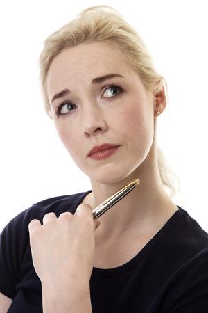 mujer pensativa: Mujer de negocios que sostiene una pluma mirando a un lado con una mirada pensativa en su cara