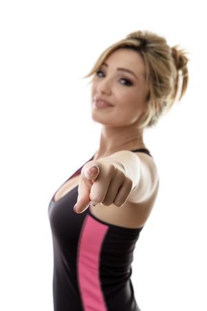 jonge aantrekkelijke fitness vrouw die op u