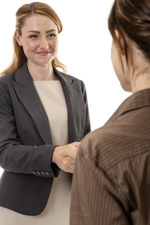 Twee zakenvrouw schudden handen in elkaar Stockfoto