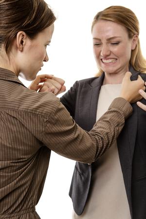 mujeres peleando: mujer de negocios dos locos y luchando entre s�