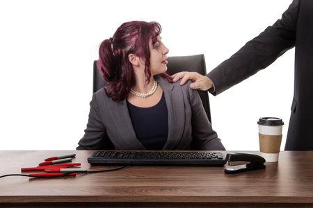 SECRETARIA: secretaria sentada en el escritorio con una mano en el hombro mans sentirse inc�modo Foto de archivo