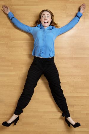 女性縛られ黒ロープ、腕と足を床に伸ばして 写真素材