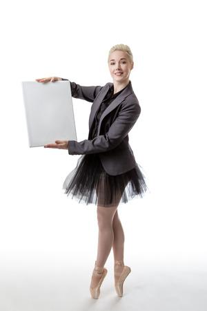 bailarina de ballet: Modelo en una chaqueta de traje y tutú, sosteniendo un tablero en blanco listo para mostrar un signo