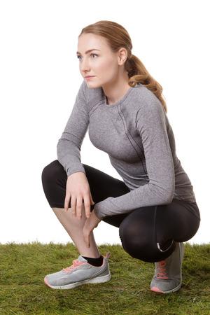 mujer rodillas: fitness mujer de rodillas sobre la hierba