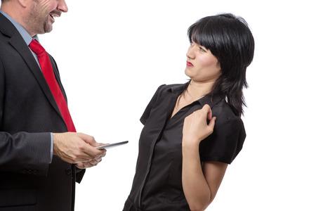 Studio opname toont co werknemer die een mobiel apparaat met een slechte adem, geïsoleerd op wit