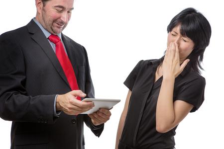 Studio opname toont co werknemer die een mobiel apparaat met een slechte adem, geïsoleerd op wit Stockfoto
