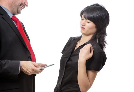 Estudio de tiro que muestra compañero de trabajo que sostiene un dispositivo móvil con el mal aliento, aislado en blanco