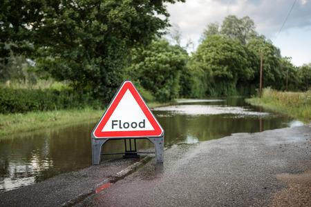 barrera: carretera del condado de Essex de camino inundado cerrado debido a la lluvia severa Foto de archivo